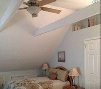 Sunny spacious room - East Hampton