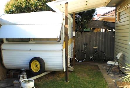 Comfy Caravan - Sunshine - Camper/RV