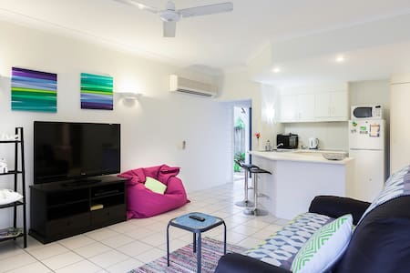 Stylish 1 Bed unit, close to town.