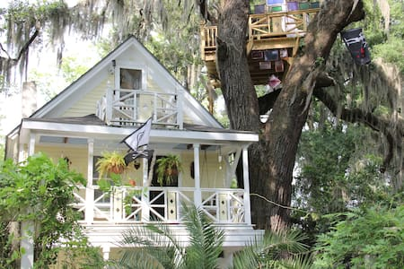 Diamond Oaks Treehouse Skylight Suite - Savannah