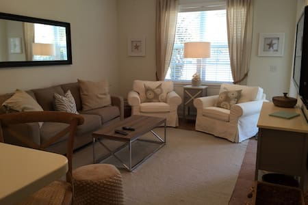 COMFY 2 BEDROOM - STROLL TO BEACH