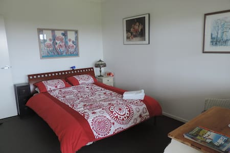 Guest suite with balcony & bathroom-pet friendly - Hus