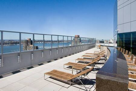 A new construction luxury rental located by the High Line in the Hudson Yards neighborhood of Manhattan. This stunning, modern high-rise welcomes you to experience iconic panoramic views of Manhattan that must be seen to be believed.