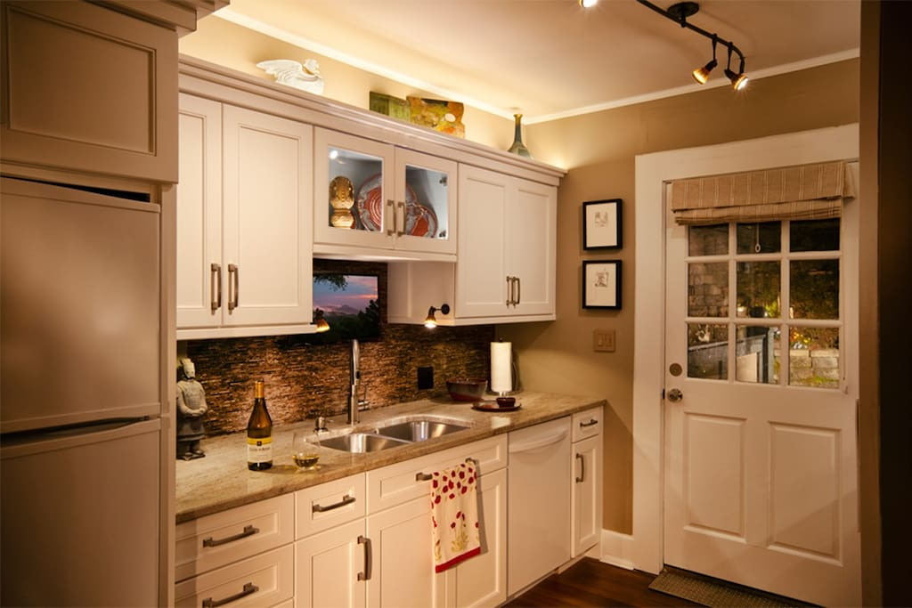 Griffin 39 s lair biltmore village avl apartments for rent for Aki kitchen cabinets