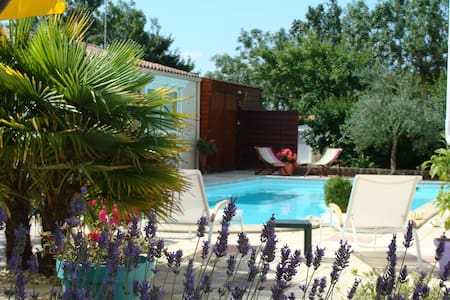 nice rooms  with swimming pool view - Esnandes - Bed & Breakfast