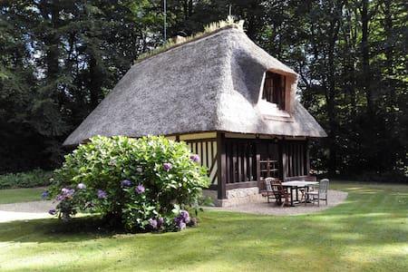 Chaumière normande dans un domaine privé - Dům