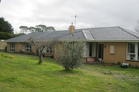 Large country home, close to train - Riddells Creek. - Hus