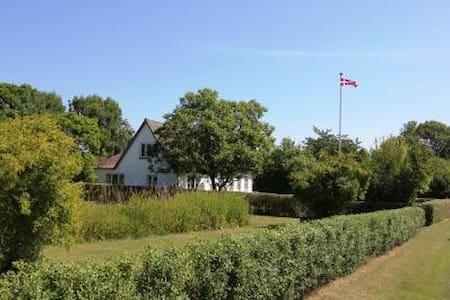 Landhus i naturskønne omgivelser - Askeby - House