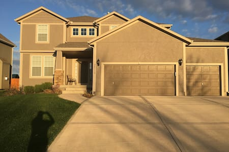 Spacious 5 BR/ 4 BTH in Olathe ready to be enjoyed - Olathe