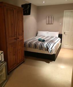Lovely, double / twin en-suite room