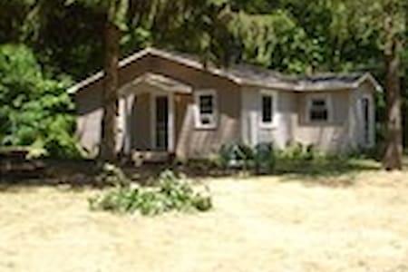 Muskie Cottage - Round Lake Rentals - Benton Harbor