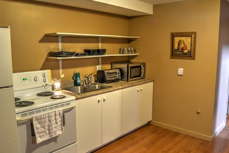 Cozy & clean basement apartment! - House