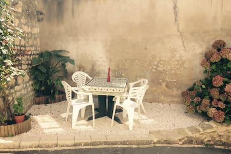 Le Rocking Chair  en centre-ville. - Hus