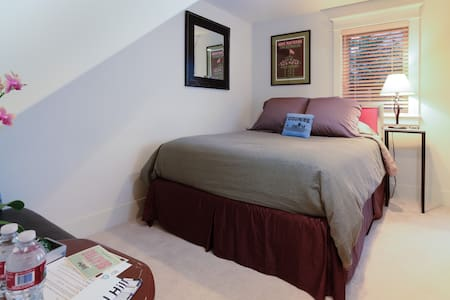 Cozy ground-floor room with en-suite bath & access to relaxing rear yd. Key-coded entry for effortless check-in! Linens, soaps, breakfast items & WiFi.  Location close to Amazon HQ. Short walk or bus to Pike Place, shops, downtown, hospitals & UW!