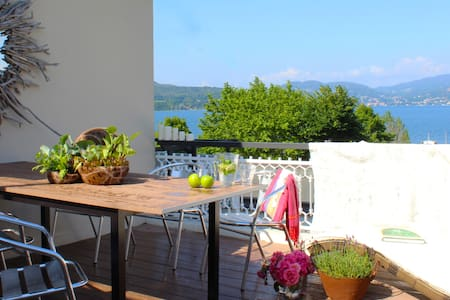 Great lake view artist's apartment - Ispra - Huoneisto