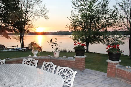 Stunning Lakefront 5 BDR 4 Baths Executive Home - House