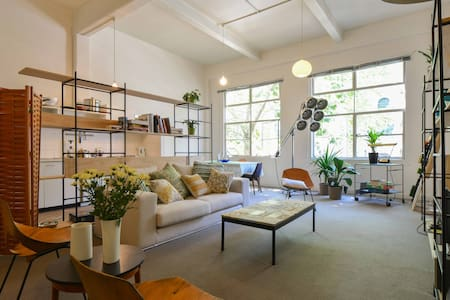 Designer Warehouse Apt: Middle CBD