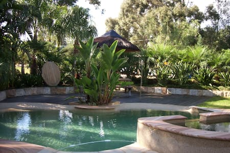 Deluxe Queen Room With Pool View - Middle Dural - Bed & Breakfast