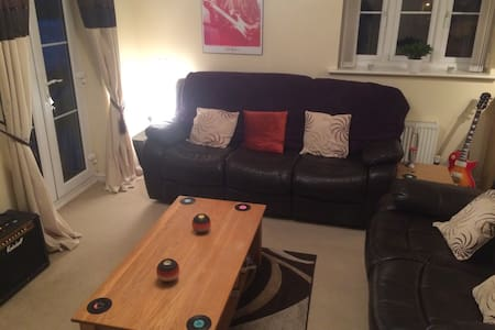 Large king bed in modern appartment - Newport - Appartement
