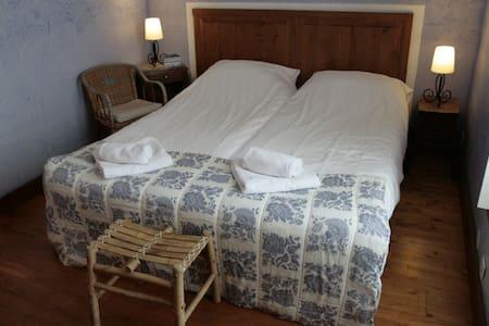 Room 1- Domaine à Marmande-Marciac - Berdoues - Penzion (B&B)
