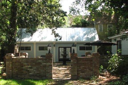 Elegant Historic District Cottage - Apartamento