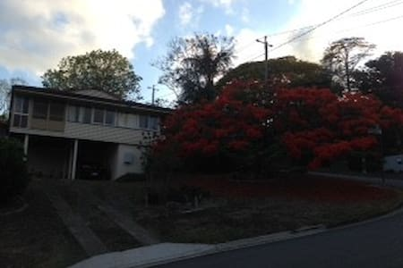 Family home in quiet, leafy suburb - Kenmore - Bed & Breakfast