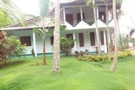 Charming House in beautiful garden - Balapitiya - Bed & Breakfast