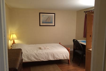 Private room in quiet Montreal suburb-Free Parking - Deux-Montagnes - Talo