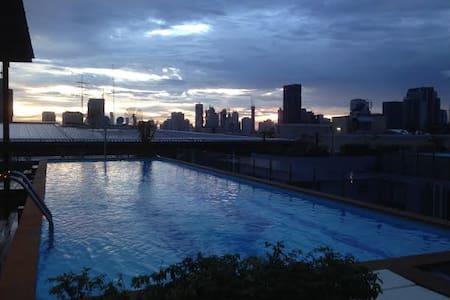 Ekkamai BTS Garden Condo with gym sauna swimming p - Appartement