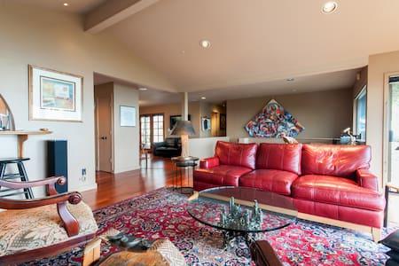 4BR/3.5BA Hilltop Garden Estate - Casa
