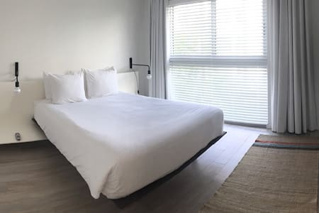 1 Bdrm 1 Bath in Contemporary 3-Story Bldg - 키 비스케인 - 아파트
