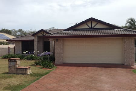 Bright open family home close to Beaches. - Rothwell