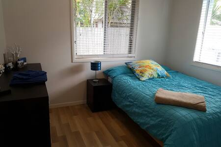 Quiet double bed room with pool - Cleveland - House