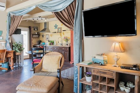 Blocks to beach! Cozy cottage w/private courtyard. - Carlsbad - Maison