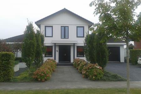 Leeuwarden (luxe villa aan open vaarwater) - Villa