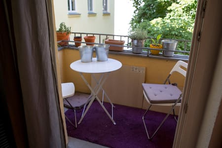 Quiet & Roomy Home in F-hain - Berlin - Apartment