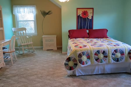 Huge, private bedroom, queen bed - Sellersburg - House