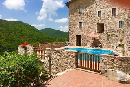 Macerino Castle:Pool Side/sleeps 2/Spoleto-17 kms - Istana