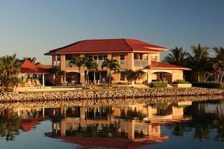 Sea Grape Villa - Waterfront Luxury - West End - Huvila