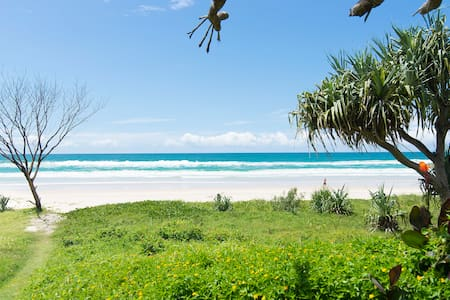 Absolute beachfront retro 2BD unit - Tugun