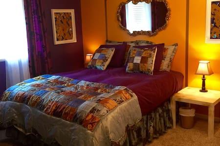 Master Luxury Room - Close to CTrain - Calgary - Casa
