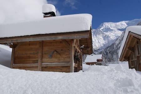 Mazot au pied du Mt Blanc