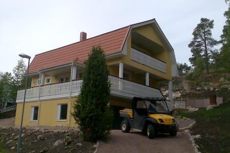 Iso talo meren ja kylän lähellän - House