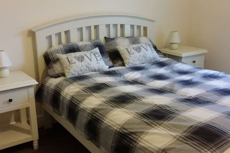 Fully equiped and comfortable 2 double bed ( one ensuite) apt in scenic Ballyshannon only 200 m from the Atlantic ocean. Free underground parking available with lift access to your apt. Beaches and golf course are close by.