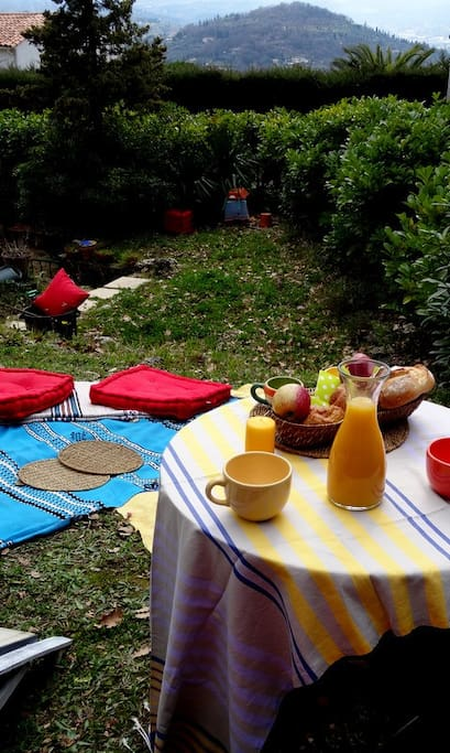 Breakfast, lunch and dinner in the upper garden. Sea view.