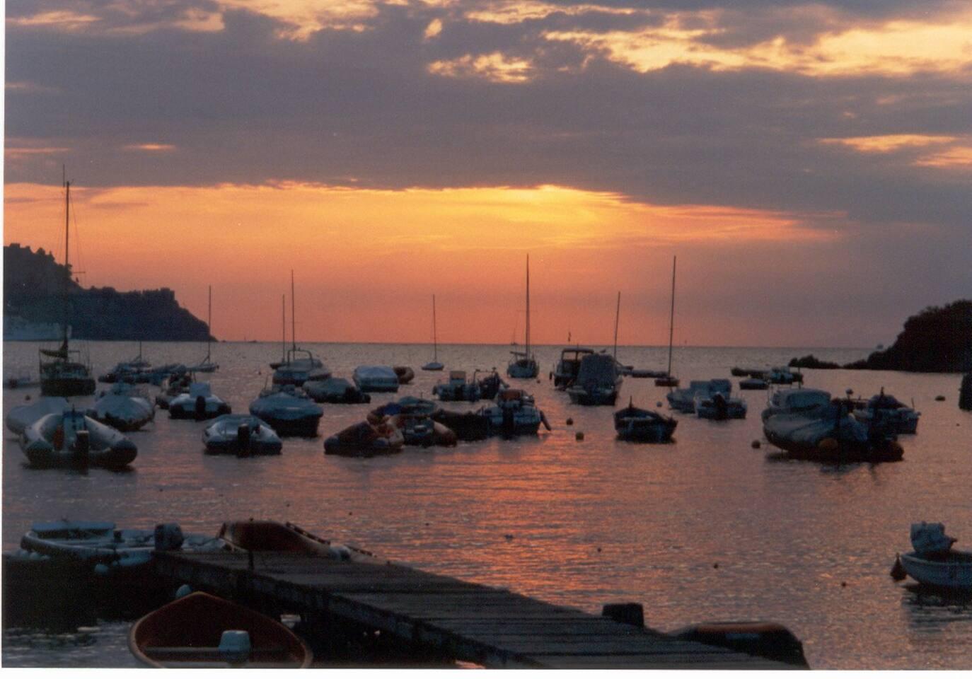 vista del golfo di Bagnaia al tramonto