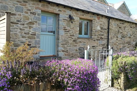 Cosy Cornish Yew Tree Barn  - House