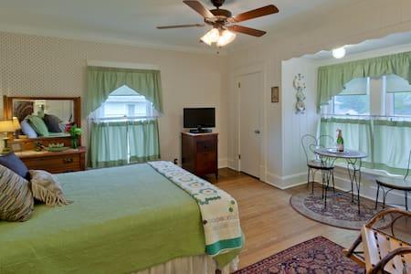 Ft Laurens room @ The Garver House - Bed & Breakfast