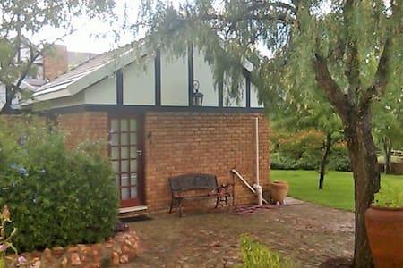 Private Garden Cottage Studio - Midrand - Cabane