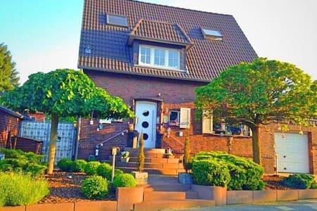 Liebevoll eingerichtete Wohnung mit Traumgarten - Frechen - Casa